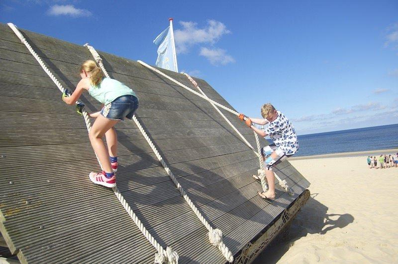 Kinderen klimmen op klimwand