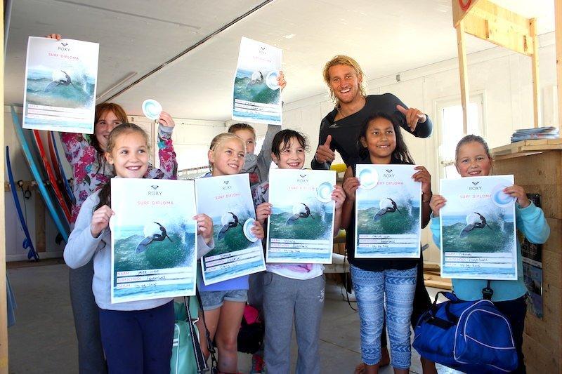 Kinderen met surf diploma tijdens kinderfeestje