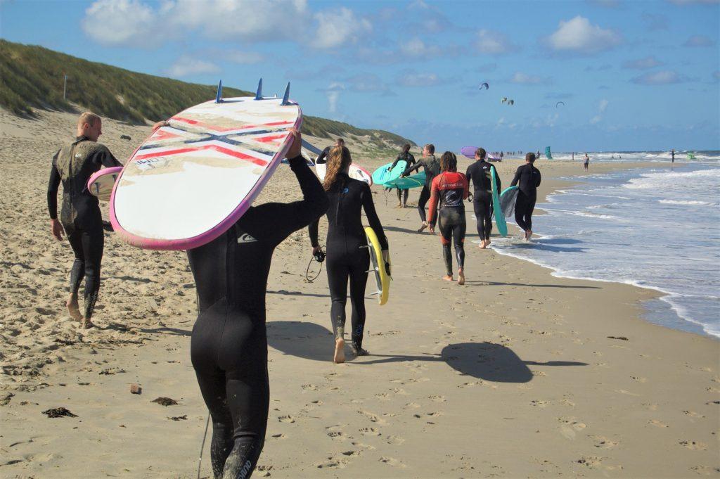 Met surfboard lopen